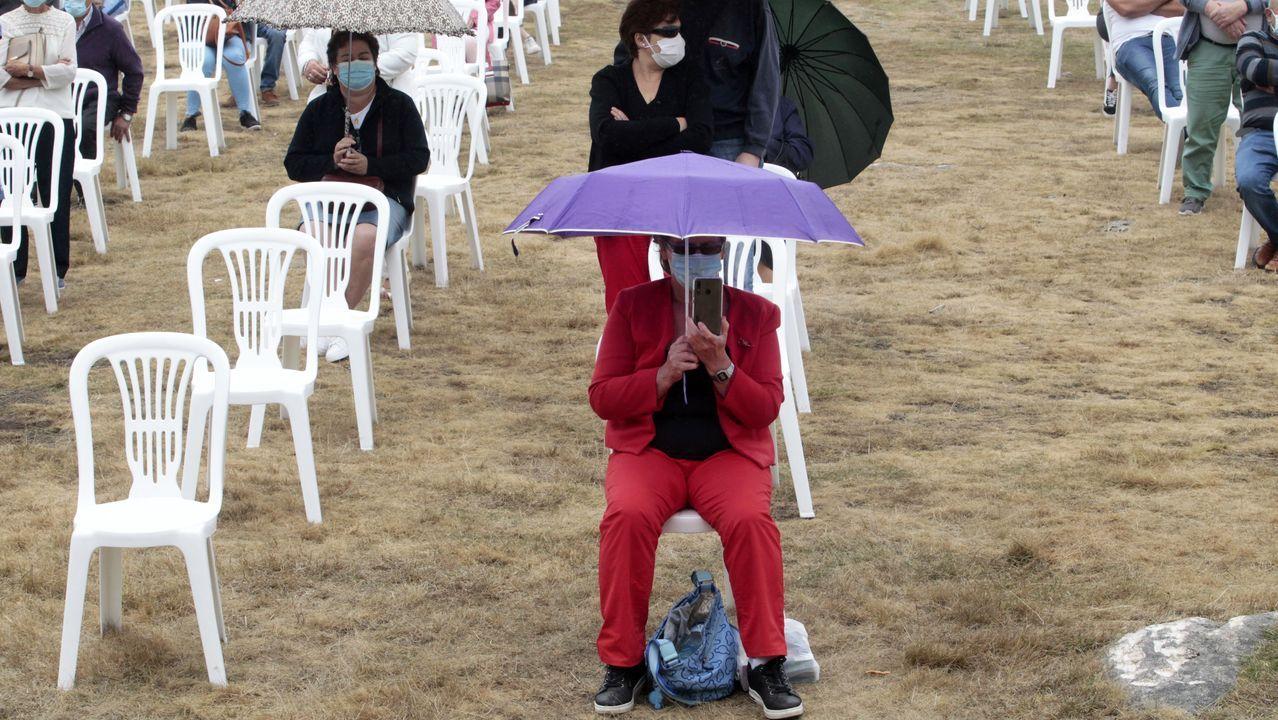 Las sillas para los feligreses que quisieron seguir las mesas estaban separadas para evitar aglomeraciones