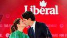 El primer ministro de Canadá Justin Trudeau besa a su mujer Sophie Gregoire tras conocer los resultados electorales
