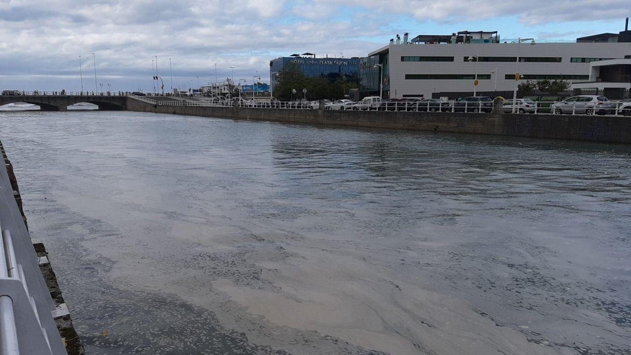 El río Piles, en Gijón, lleno de espuma cerca de la desembocadura en la Playa de San Lorenz