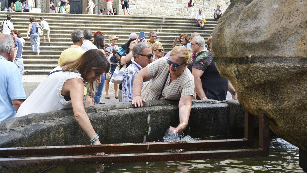 Gente aprovisionándose de agua en las fuentes de Santiago de Compostela