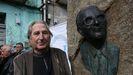 O escultor Manuel Buciños nunha homenaxe ao intelectual Rodolfo Prada celebrada nos Peares no 2018, xunto a unha escultura do homenaxeado realizada polo artista de Carballedo