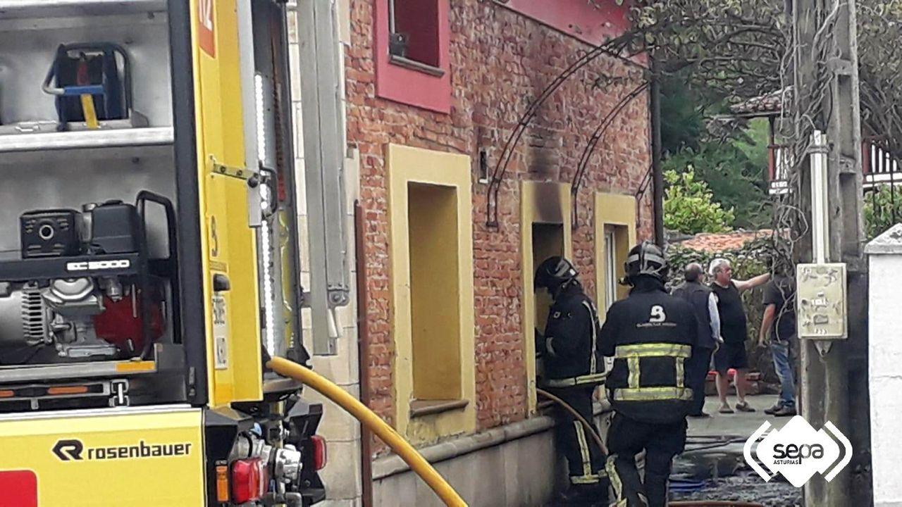 El fuego calcina por completo una cocina en una vivienda de Salinas (Castrillón)