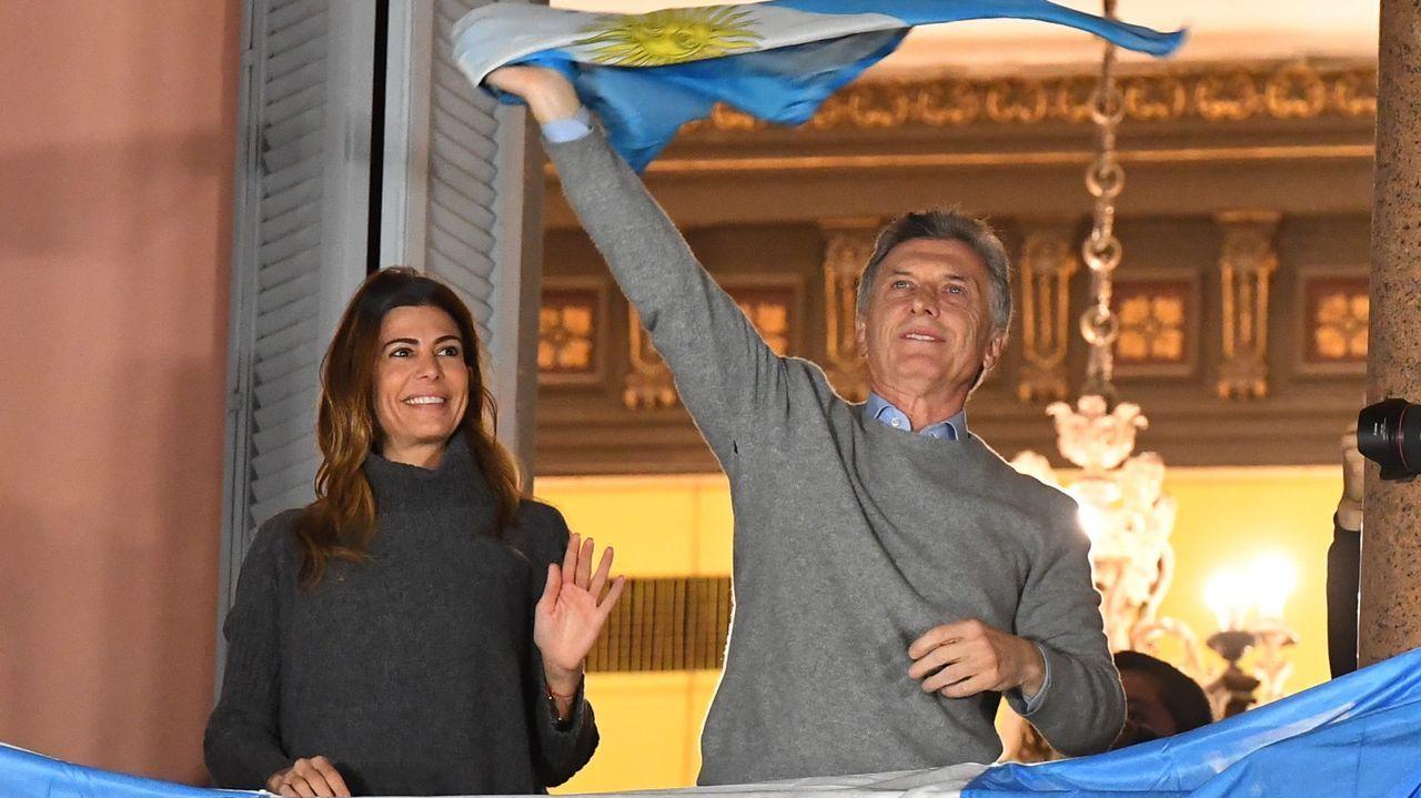 El presidente argentino, Mauricio Macri, y su esposa saludan desde la Casa Rosada a sus simpatizantes