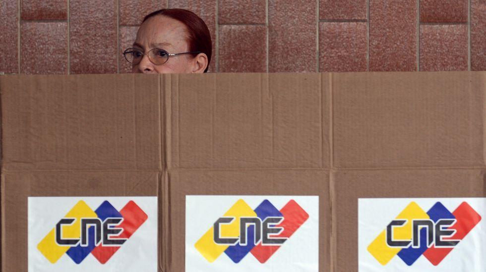 La esposa de Leopoldo López, Lilian Tintori, votando en Caracas.