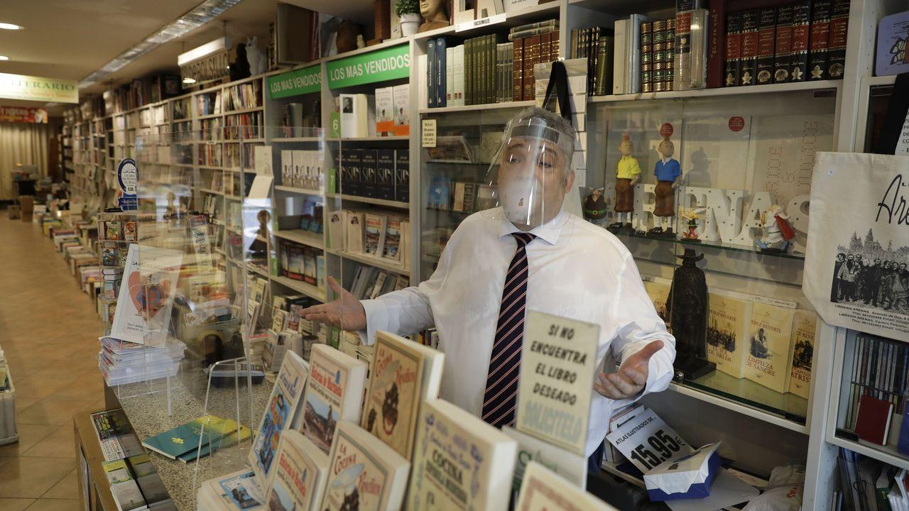 Manuel Arenas, de la librería Arenas, empezó a despachar títulos que le pidieron por teléfono