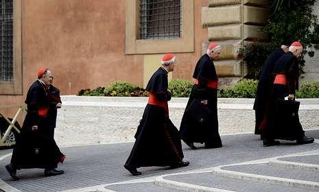 Los cardenales Di Nardo, Wuerl, Levada y George acceden al precónclave.