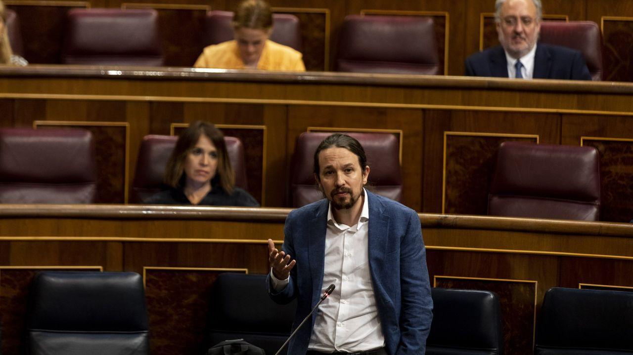 Pedro Sánchez firma ante la ministra de Defensa, Margarita Robles, la directiva de defensa nacional, que regula las posibles implicaciones para la seguridad de acontecimientos como la crisis del coronavirus