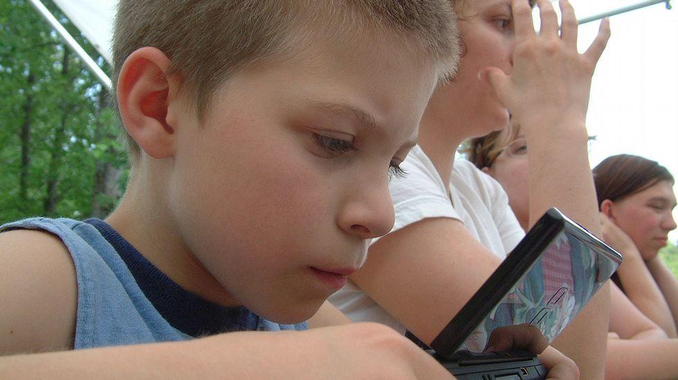 Controlar los contenidos y tiempo de dedicación a los videojuegos es una tarea obligada para padres