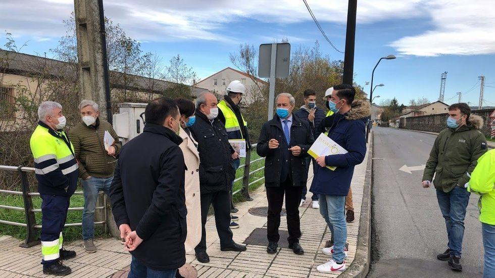 Tomé supervisa la renovación del alumbrado público en la calle Rosalía de Castro, el pasado mes de diciembre