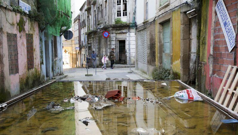 Enorme bache en las cercanías de la carretera de Catabois, en una de las vías de acceso a la zona de A Pega.Costa de Ferrol