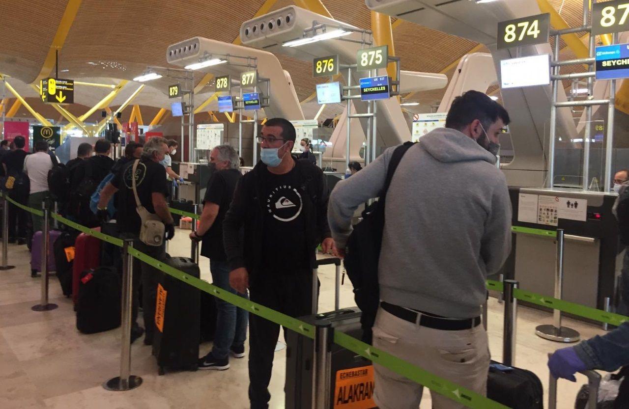 Peinador también desescala: llega el primer vuelo de Canarias.Tripulantes del Alakrana, en una foto subida a Twitter por su armadora