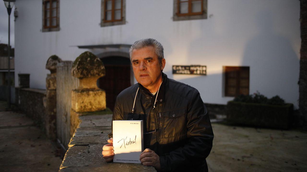 Toño Núñez na casa museo de Manuel María, en Outeiro de Rei, co número 22 de Xistral
