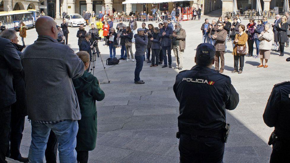 Ourense muestra su repulsa a los atentados de Bruselas.En la capital hubo una concentración en la praza Maior