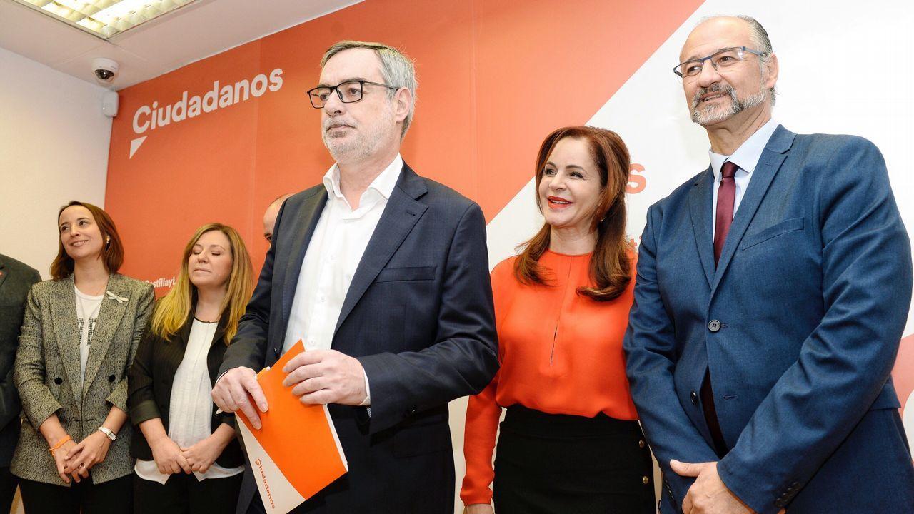 La expresidenta de las Cortes de Castilla y León, que ha abandonado el PP, Silvia Clemente, junto al coordinador regional de Ciudadanos, Luis Fuentes (derecha), y el secretario general de Ciudadanos, José Manuel Villegas