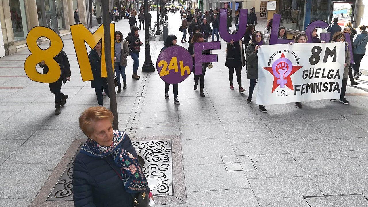 Un piquete musical del 8-M recorre el centro de Gijón y entra en la sede de Hacienda