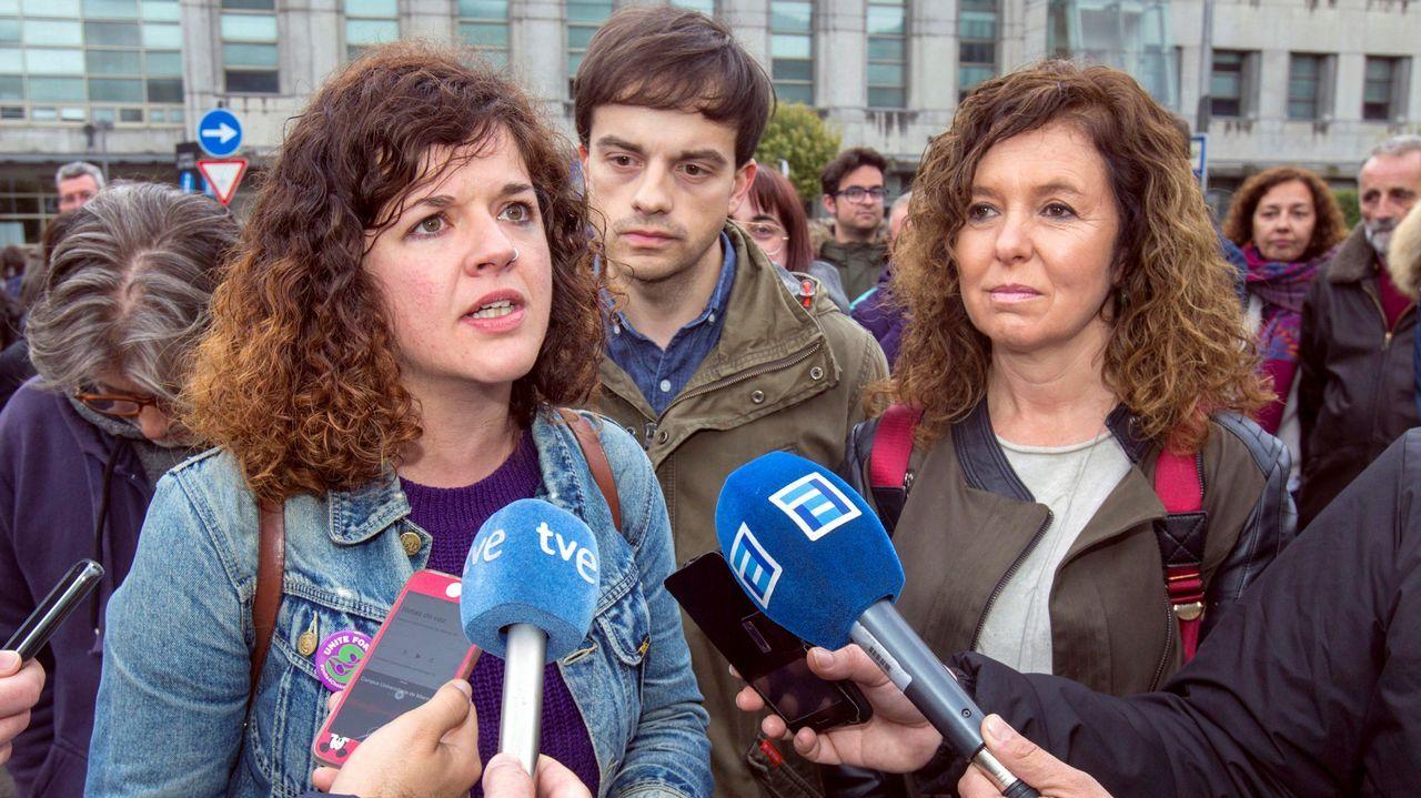 La candidata de Unidas Podemos por Asturias Sofía Castañón (i),acompañada por Juan Ponte (c) y Mar García (d),