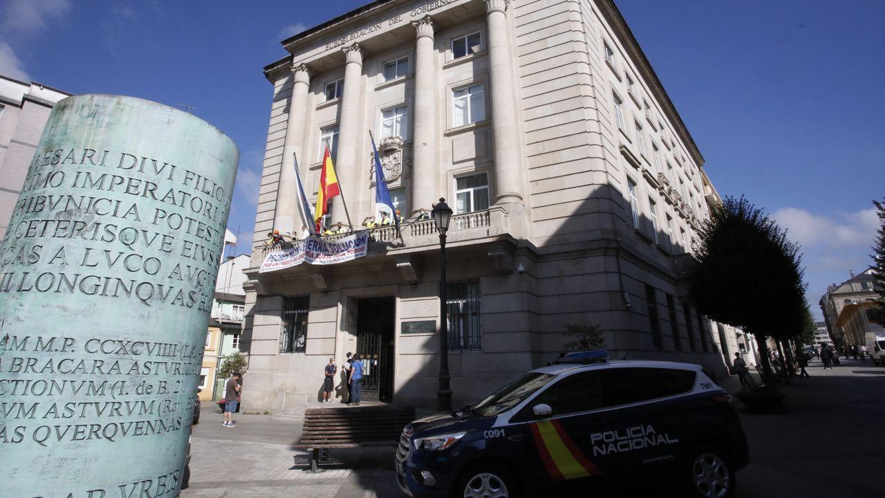 El vídeo de los trabajadores de Alcoa encerradosen la Subdelegación del Gobierno en Lugo.De traje, en el centro el muñeco que usaron para representar al presidente de Alcoa España, a quien «quemaron» por el calvario al que somete a los empleados de San Cibrao