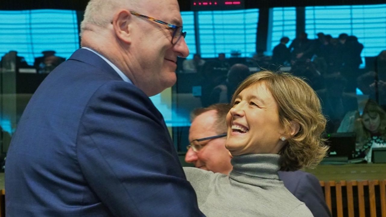 La ministra Tejerina con el comisario de Agricultura