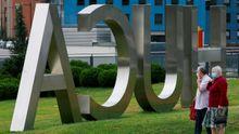 Pacientes en el exterior del Hospital Universitario Central de Asturias (HUCA)