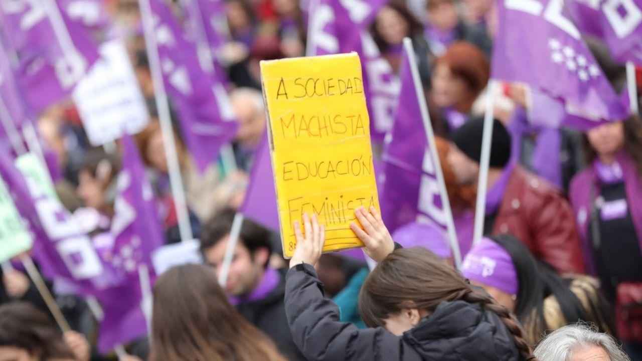 Una manifestante sostiene un cartel en el que se lee «a sociedad machista, educación feminista» en las movilizaciones del 8M del 2020