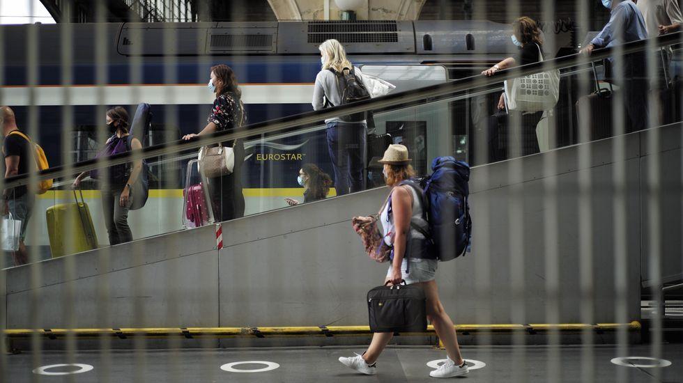 Viajeros caminan por la estación de tren Gare du Nord en París, Francia