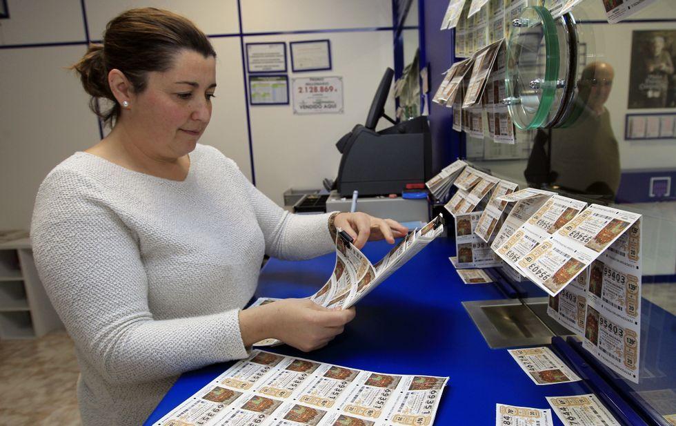 La venta de lotería de Navidad avanza a buen ritmo en Ferrol.Mariola Cortizo, en su administración de lotería, en Santiago