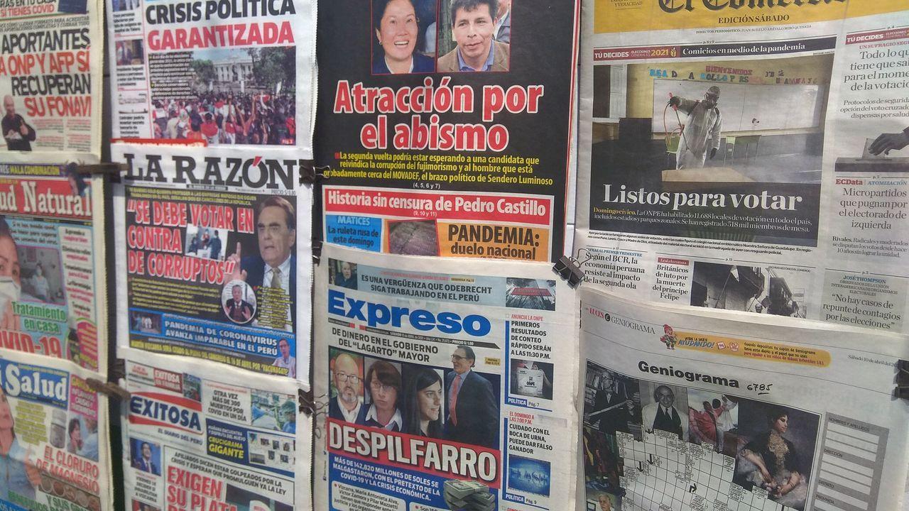 La jornada de limpieza de Coidemos Lugo, en imágenes.Portadas de la prensa peruana en un quiosco de Lima