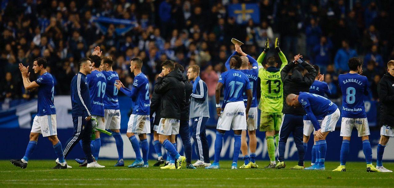 Los jugadores del Oviedo saludan a la afición tras el derbi