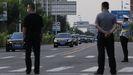 Un convoy de vehículos llegando al hotel donde se aloja Wendy Sherman, vicesecretaria estadounidense de Estado en la ciudad de Tianjin, China