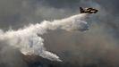 Tareas de extinción de un fuego en Atenas