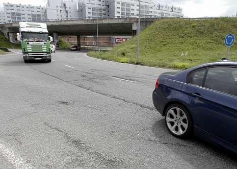 En la imagen, tomada ayer, se aprecian los problemas de asfaltado en la rotonda.