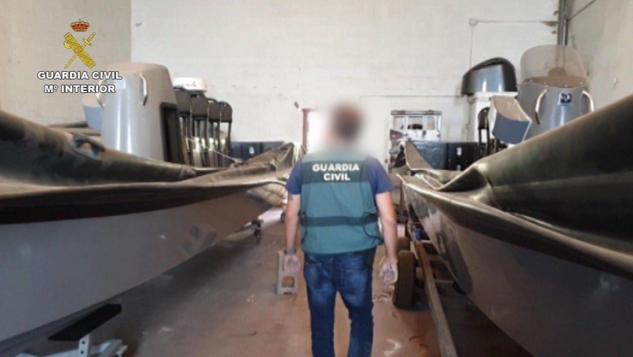Concentración de afectados por el cierre de iDental ante el ayuntamiento de Gijón
