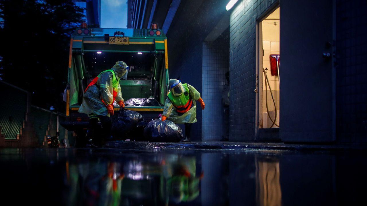 Los trabajadores de la basura de Bangkok, con sus trajes de protección