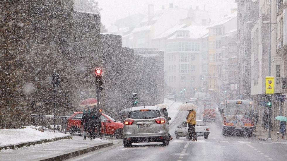 La nieve cubrió de blanco el centro de Lugo.Nieve en la A-6 a us paso por Aranga