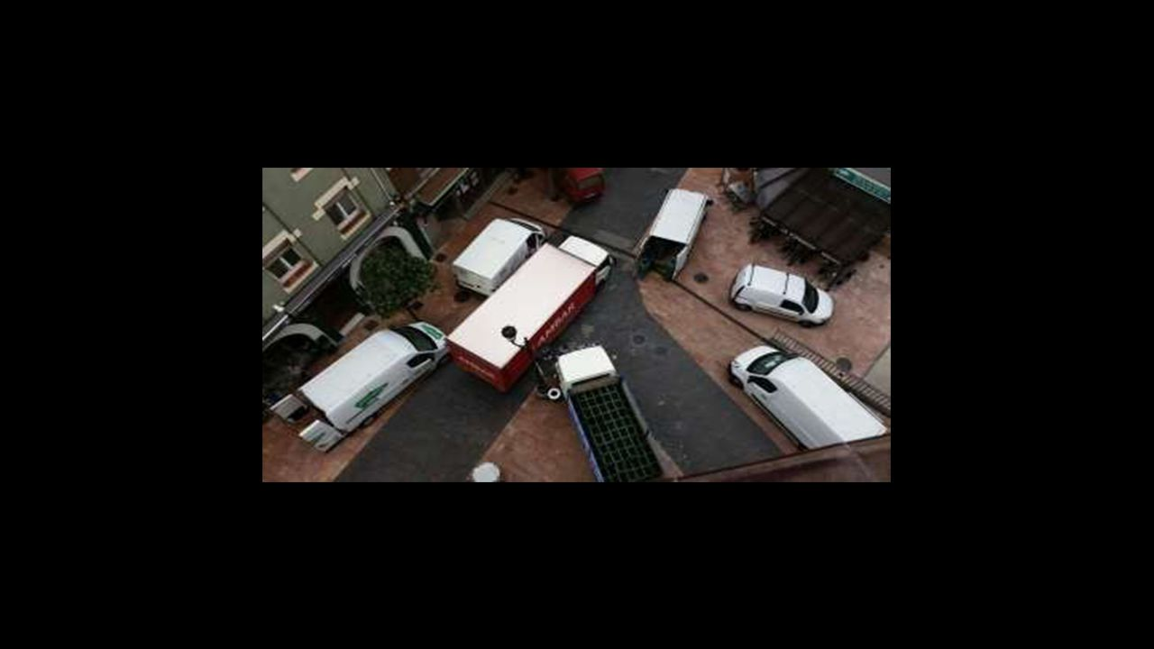 La aglomeración de camiones durante las mañanas impide el paso a los vecinos de Gascona