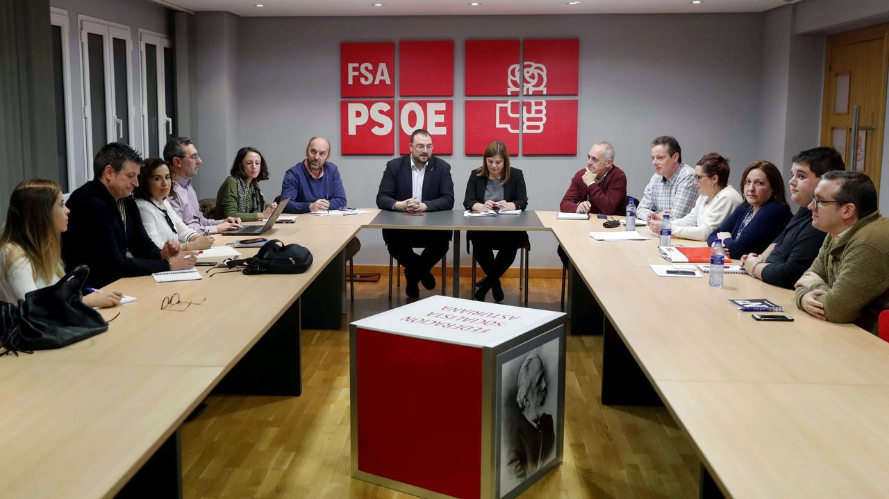El secretario general de la FSA-PSOE, Adrián Barbón (c), preside en Oviedo la reunión del Comité Electoral