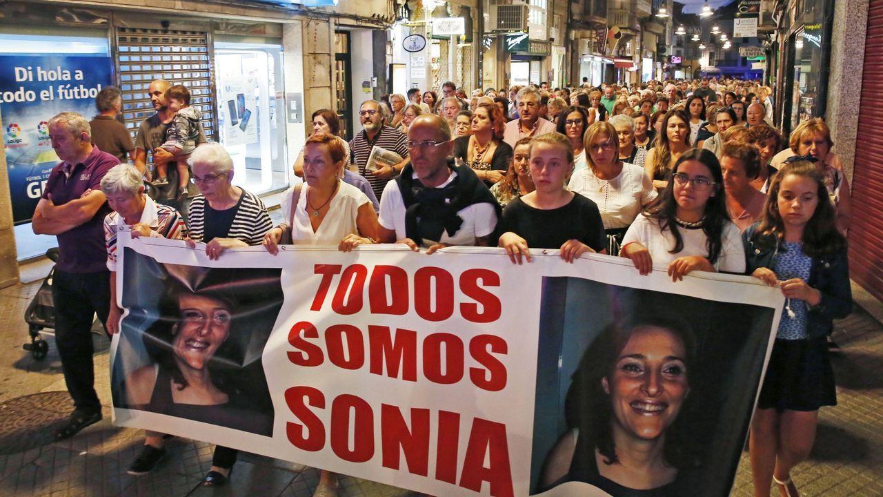 Restos de un botellón en Santiago de Compostela.La manifestación del pasado año en recuerdo de Sonia Iglesias