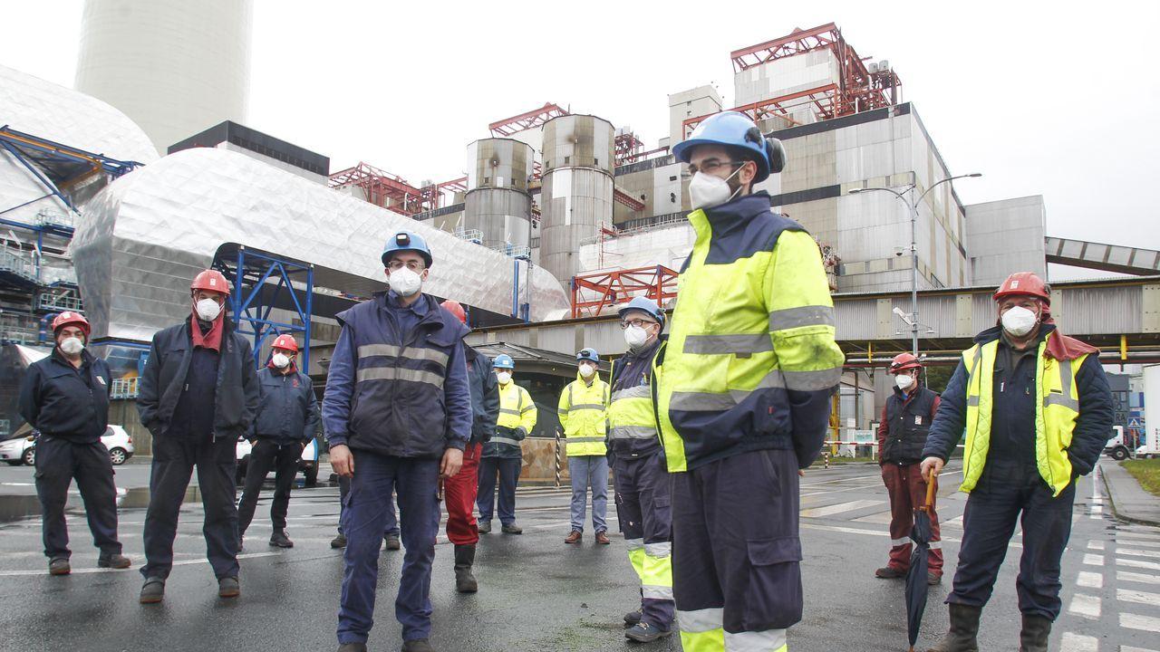 Concentración de trabajadores en el acceso a la central
