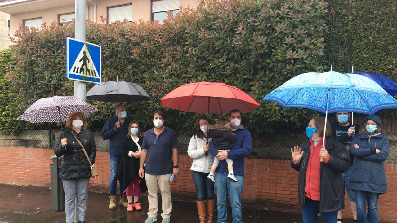 gotica.Vecinos protestan delante de un seto
