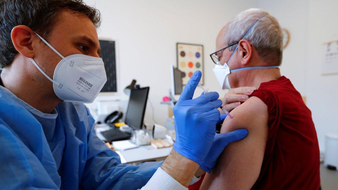 Un hombre recibe su dosis de AstraZeneca en Berlin