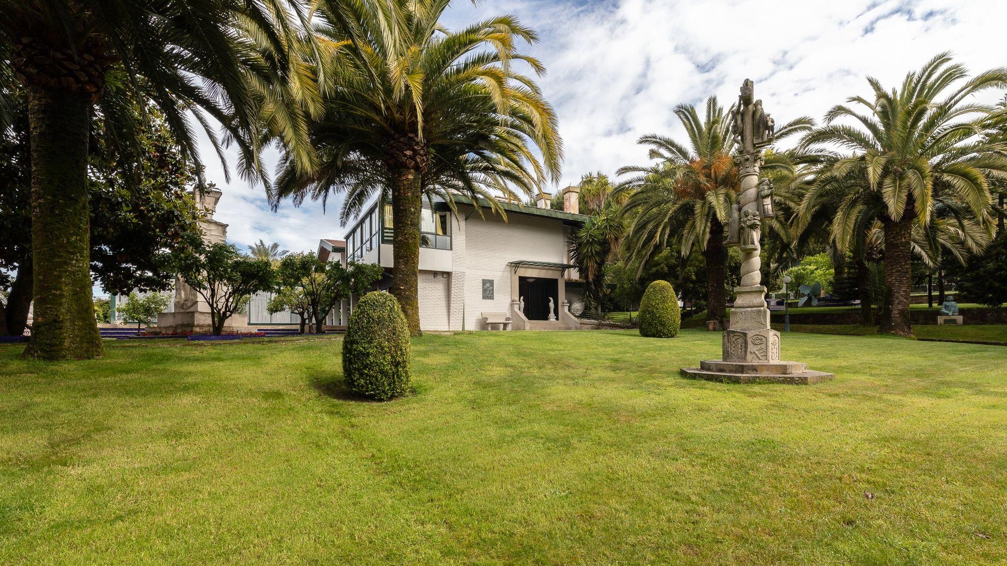Así es la casa de Vigo que cuesta 7,5 millones de euros.Usuarios de Aspanane y directivos de EV, al fondo, con cantoneras de cartón que montan