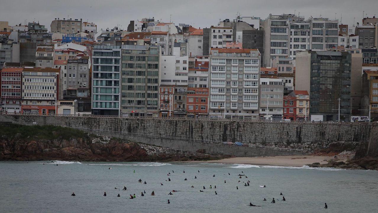 Surfistas en el Orzán en A Coruña