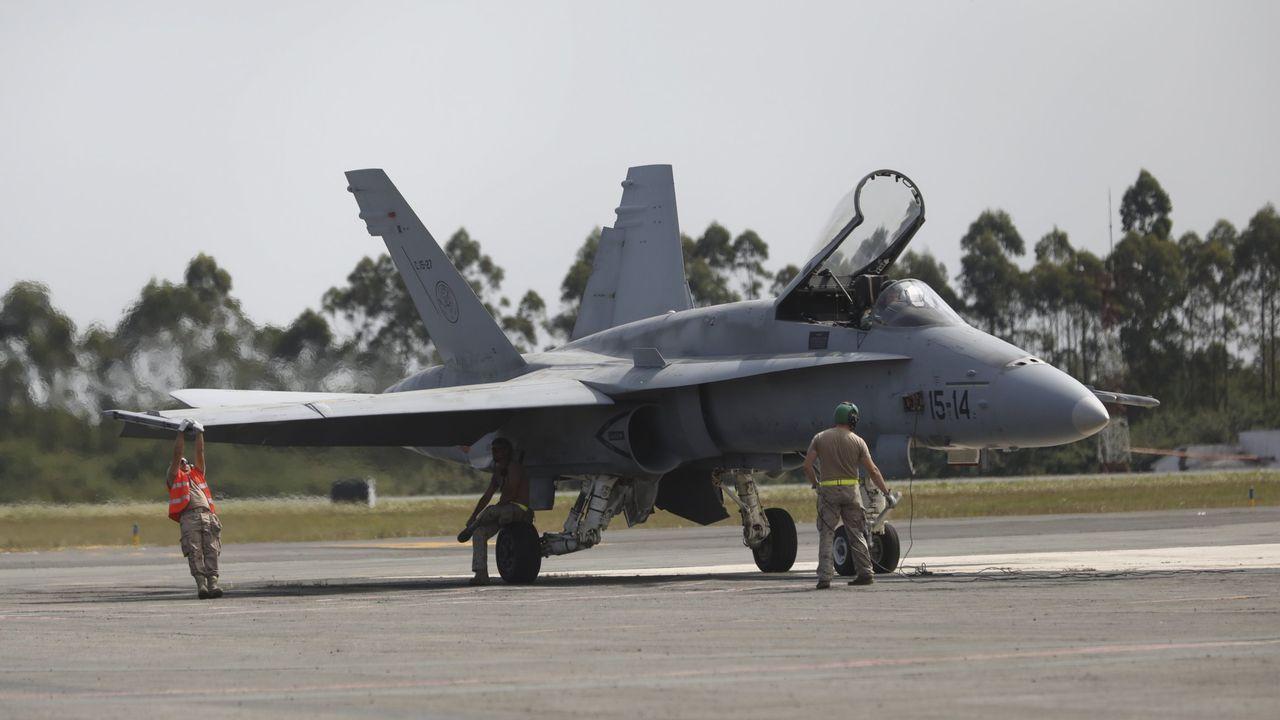 El Ejército del Aire despliega sus alas en defensa de Santiago.Aviones en el aeropuerto de Peinador