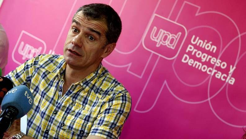 «Una nueva dirección tiene que guiar al partido, hay que asumir responsabilidades políticas».Alfredo Pérez Rubalcaba y Elena Valenciano se abrazan en el mitin de cierre de los socialistas.