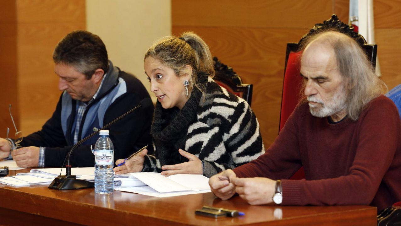 En directo: Comparece el presidente del CIS, José Félix Tezanos.A la derecha, Jesús A. Fernández Cal, autor del texto de opinión, con la alcaldesa Maria Loureiro y el edil Jesus Fernández Fernádez