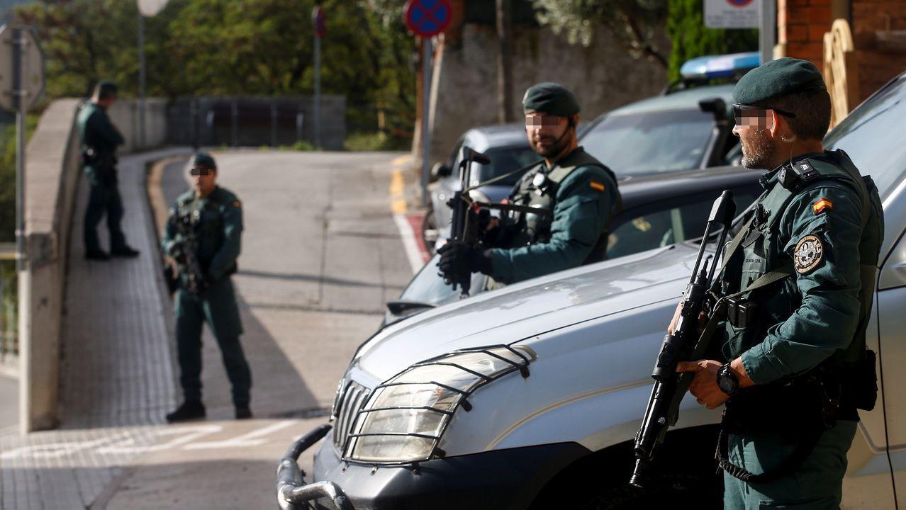 Agentes de la Guardia Civil durante el registro de un domicilio en Sant Fost de Campcentelles (Barcelona)