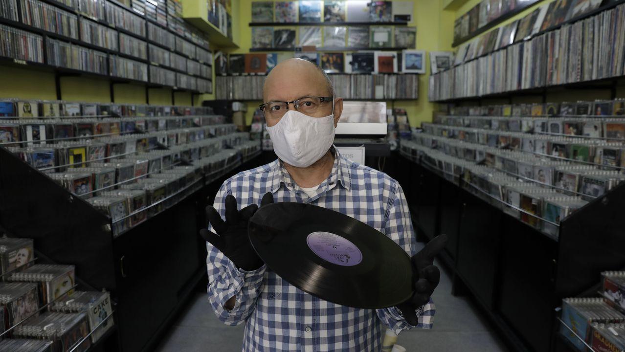 Eladio Lozano, en su tienda Discovery Music en la calle Arco de A Coruña, donde lleva 24 años