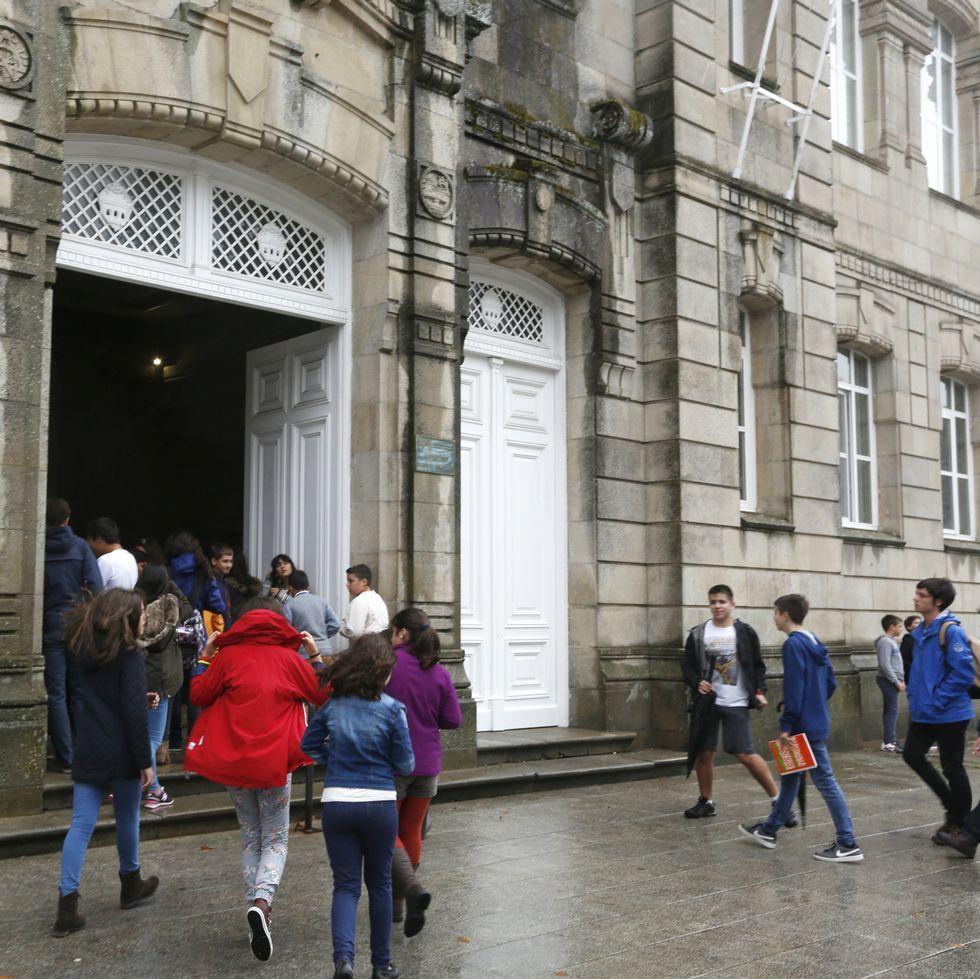 Alumnos del Valle Inclán entrando en el instituto, ayer.