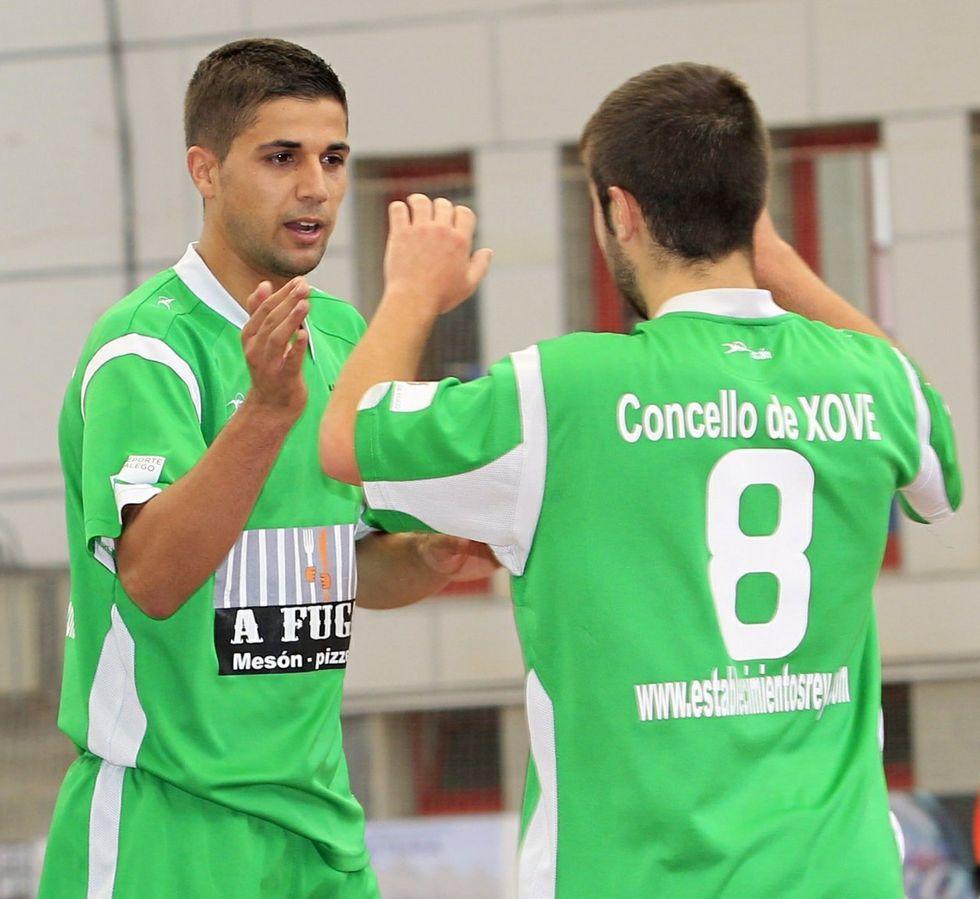 Solloso y Pancho celebran un gol ante el Bueu en el Municipal.