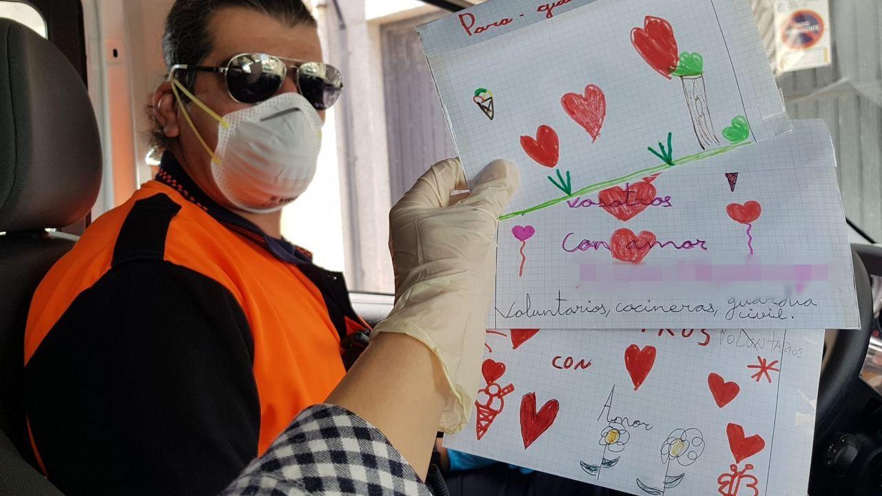 Cristina sostiene los dibujos ante Víctor, de Protección Civil